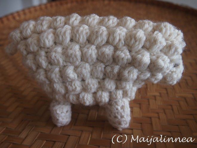 Pallosilmukan virkkausta ja tuloksena virkattu lammas