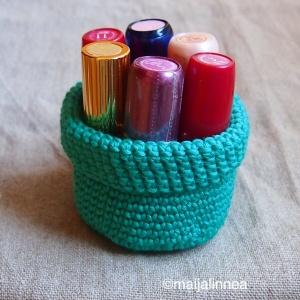 Virkattu minikori pikku tavaroille