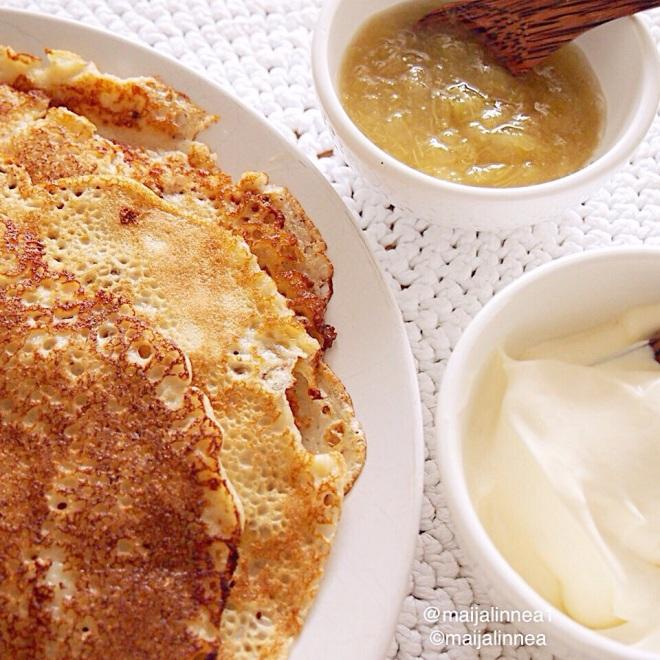 Lettuja, raparperihilloketta ja vaniljakastiketta